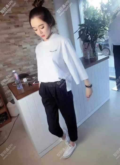 简单 干净的白色T恤衫,如此深受欢迎,它是一款百搭 不挑裤子的衣服,搭配休闲牛仔裤 帆布鞋,仿佛回到了学生时代,青春有活力,此时此刻多想回到校园的生活~~~