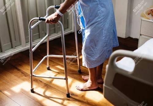 其次医生应该根据患者的年龄再考虑是否要给患者进行手术治疗